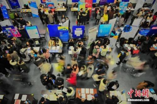 """在""""抢人大战""""中,一些城市的落户门槛一降再降。图为天津举行的一场招聘会 。 <a target='_blank' href='http://www.chinanews.com/'>中新社</a>记者 佟郁 摄"""