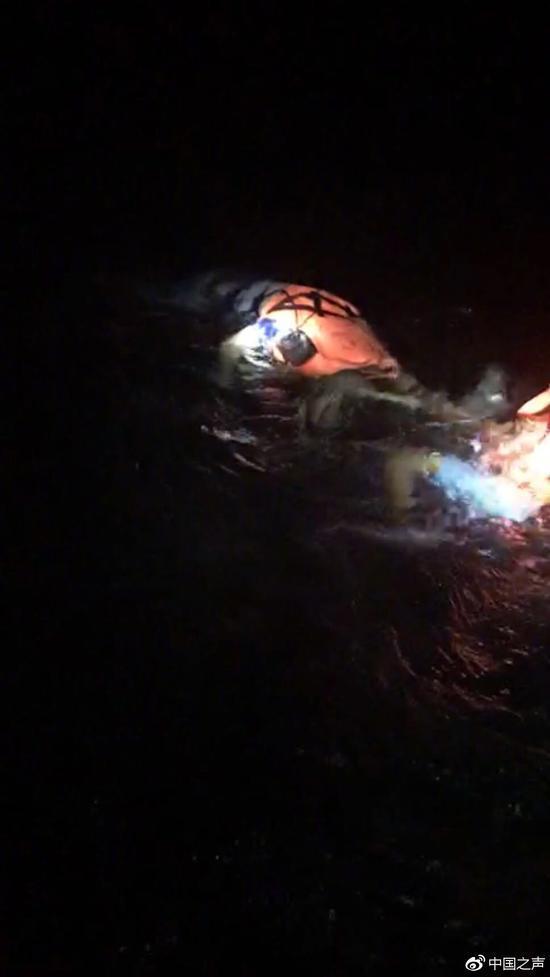 昨晚,一位在旅行社供职的黄先生向中国之声表示,事发当时,他在当地的朋友驾驶帆船路过事发海域,并在沿途帮助进行救援。图为他的朋友发回来的正在打捞疑似遇难人员遗体的照片