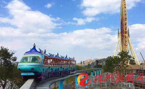 株洲制造的孔雀造型光观车在七彩云南·欢乐世界主题乐园内试