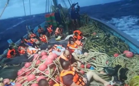 中国游客普吉遇游船倾覆:1死50失踪