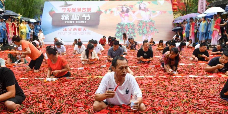宁乡吃辣椒比赛 冠军泡巨型辣椒池狂吞50个