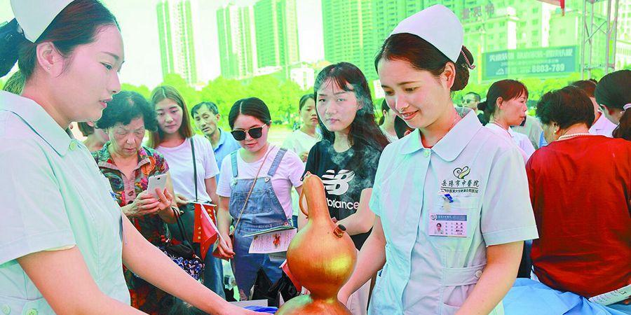 岳阳市民体验中医文化