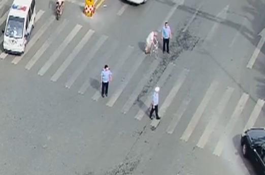 老爷爷过马路脚步蹒跚 交警圈出温暖的形状