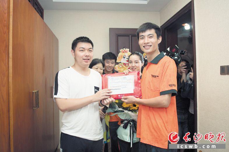 昨日,师大附中毕业生刘立昊(左)收到北京大学录取通知书。长沙晚报记者 黄启晴 摄