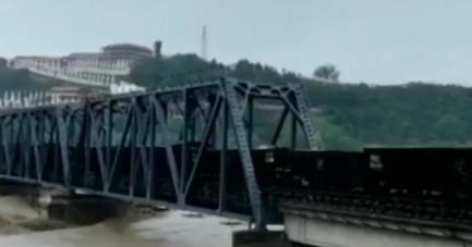 洪水冲大桥 8000吨火车开上桥压住