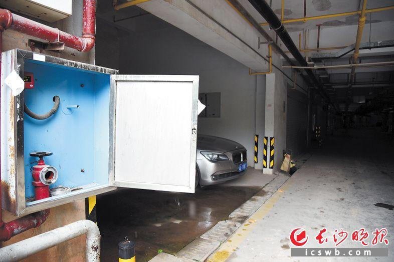 金地三千府小区联排1号地下停车场内,消火栓箱内的水枪水带不见踪影。