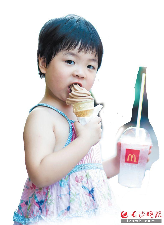 黄兴路步行街吃冷饮的小女孩