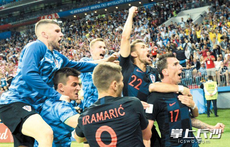 12日,在莫斯科进行的2018俄罗斯世界杯足球赛半决赛中,克罗地亚队经过加时赛以2比1战胜英格兰队,晋级决赛,将与法国队争夺本届世界杯冠军。克罗地亚队球员曼朱基奇(右)攻入球队第二球后与队友庆祝。新华社发