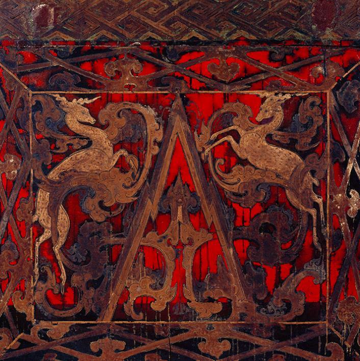 盖板上绘有龙虎相斗,头档上绘有双鹿踏雪,足档上绘有双龙穿璧,还有图片