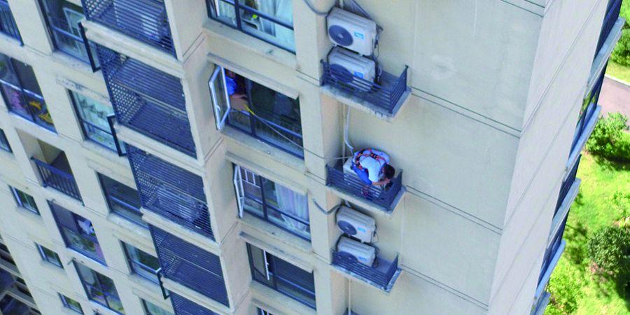 """空调安装工高楼间""""走钢丝"""""""