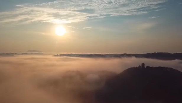 凤凰:古城雨后雾气缭绕