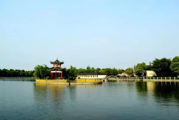 千龙湖    长沙千龙湖生态旅游度假区 ,位于长沙市望城区格塘乡,距