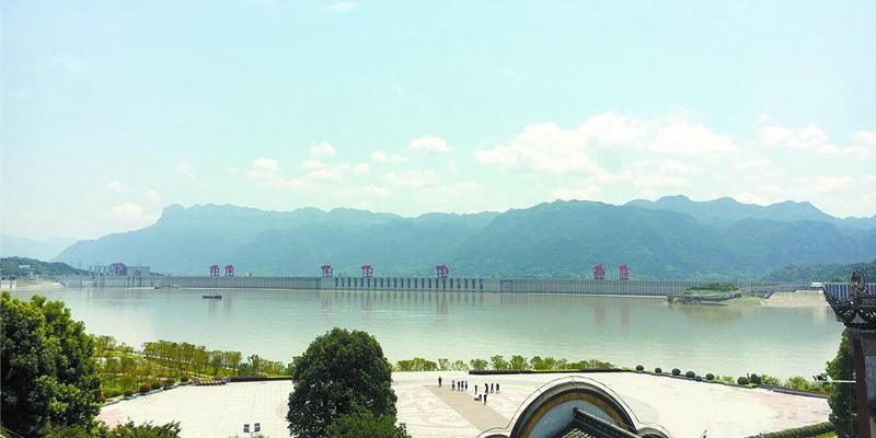 在湖北省秭归县屈原祠遥望三峡工程