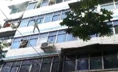 5楼火场母亲连续抛俩娃出窗 路人拿床单接住