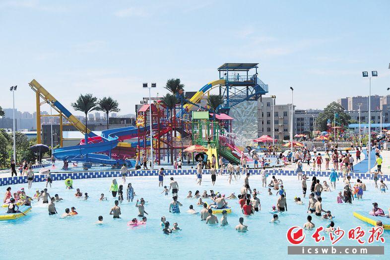市民在位于长沙高新区的水上乐园游玩。长沙晚报通讯员 石峰铭 摄