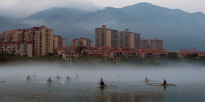 衡阳皮划艇运动员东江湾上晨练