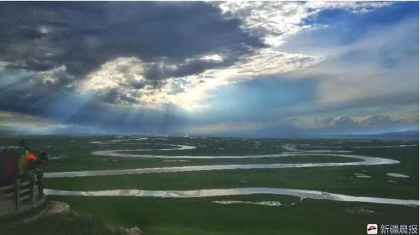 新疆巴音布鲁克九曲十八弯落日奇观引数千游客观赏!