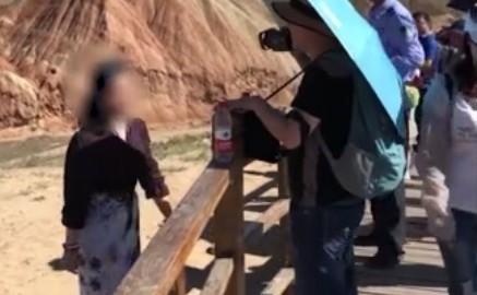 游客翻越护栏脚踩丹霞地貌拍照 一个脚印需60年恢复
