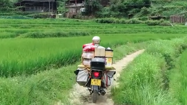 乡村邮递员边唱山歌边送件 日行80公里跨越两省