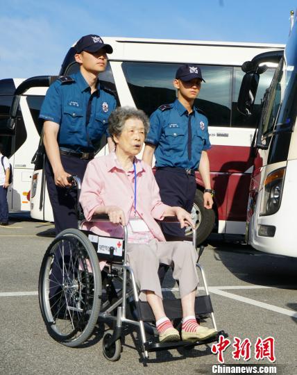 8月20日,第21次韩朝离散家属团聚活动将在朝鲜金刚山举行。图为当天早上韩方家属从束草出发赴朝。 曾鼐 摄