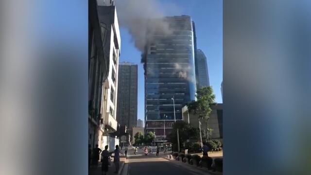 突发!长沙高楼今晨突发大火 消防神速到场控制