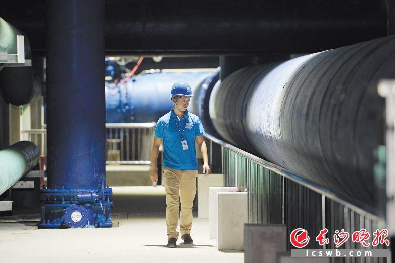 昨日上午,敢胜垸污水处理厂工作人员正在地下管廊处进行巡查。长沙晚报记者 余劭劼 摄