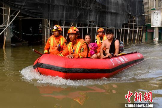 华里社区内消防战士与一对刚获救的夫妻 陈骥�F 摄