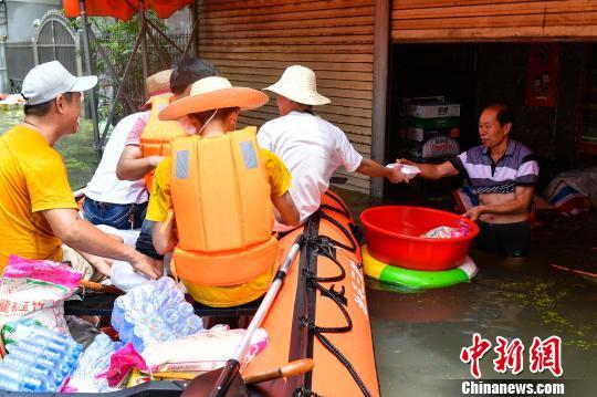 搜救队员向树香村受灾民众派发物资 陈骥�F 摄
