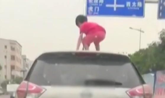 女童爬车顶 父亲被处罚