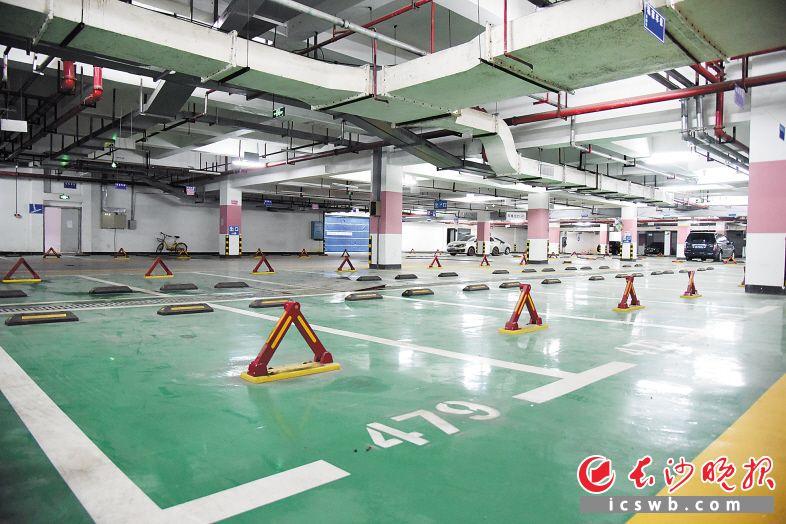 9月4日,岳麓区钰龙天下小区地下停车场内空荡荡,未售出的车位安装了地锁。长沙晚报记者 刘琦 摄