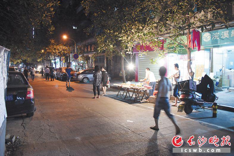 在芙蓉区二里牌社区二里牌巷,水果摊点占据了两个车位,使停车难题雪上加霜。长沙晚报记者 余劭劼 摄
