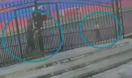 300斤铁门倒塌被18岁教官撑住:我要是躲开了小孩咋办