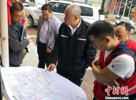 四川地震局现场工作组与陕西省地震局现场工作队在震区交换意见。四川地震局