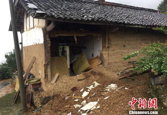 广元朝天区花石乡花石村3组一农户家土木结构房屋外墙在地震中垮塌。四川地震局