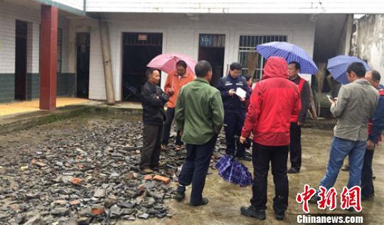 现场工作组在青川县营盘乡永红村一村民家中了解情况,该村房屋普遍出现细小水平裂缝,梭瓦较严重。四川地震局