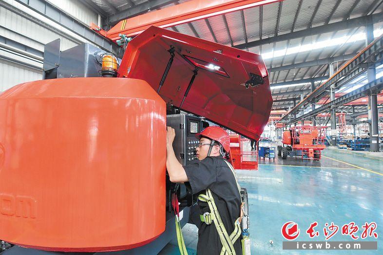 今年7月,全国首条臂车数字智能生产线在位于宁乡高新区的星邦重工投产,最大设计月产能为300台。 长沙晚报记者 王志伟 摄