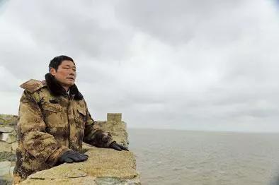 王继才在开山岛上眺望远方。韩瑜庆 摄