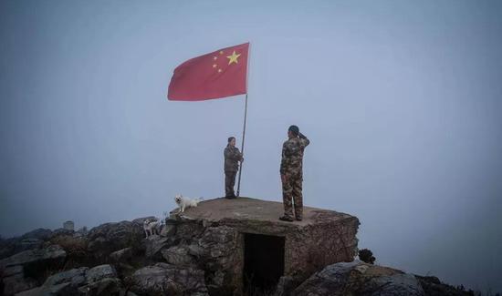 王继才夫妇在开山岛举行向国旗敬礼仪式。李响 摄