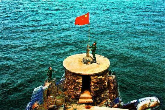 茫茫大海上鲜艳的五星红旗格外醒目。王冠军 摄