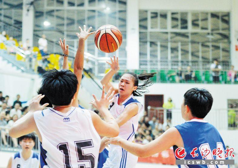 长沙女篮(白队)球员在比赛中传球。