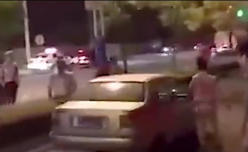 交警叔叔正在查酒驾 两男子推着车从面前走过