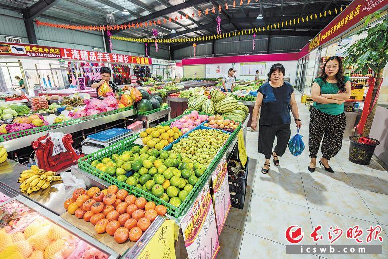 青园街道引入社会资本新建的喜民生鲜市场为市民生活提供了便利。 长沙晚报记者 陈飞 摄