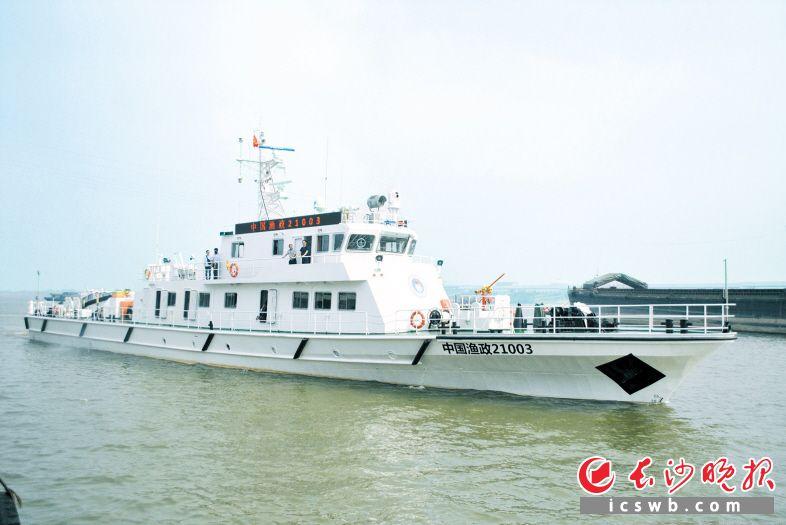 """昨日,""""中国渔政21003号""""渔政船下水交付。长沙晚报记者 吴鑫矾 通讯员 胡兰 胡富君 摄影报道"""