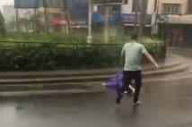 七旬老人被台风刮倒 他冒生命危险跑去救起