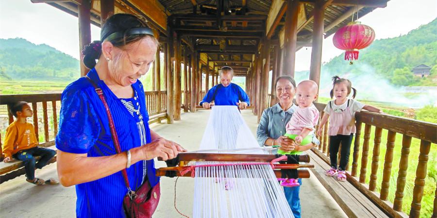 侗族妇女梳纱忙