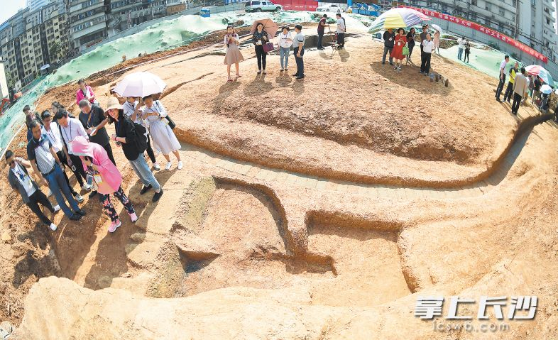 考古现场,一古代窑的遗址被发掘出来。 长沙晚报记者 黄启晴 摄