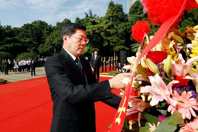 湖南省会各界向烈士敬献花篮 杜家毫许达哲乌兰出席