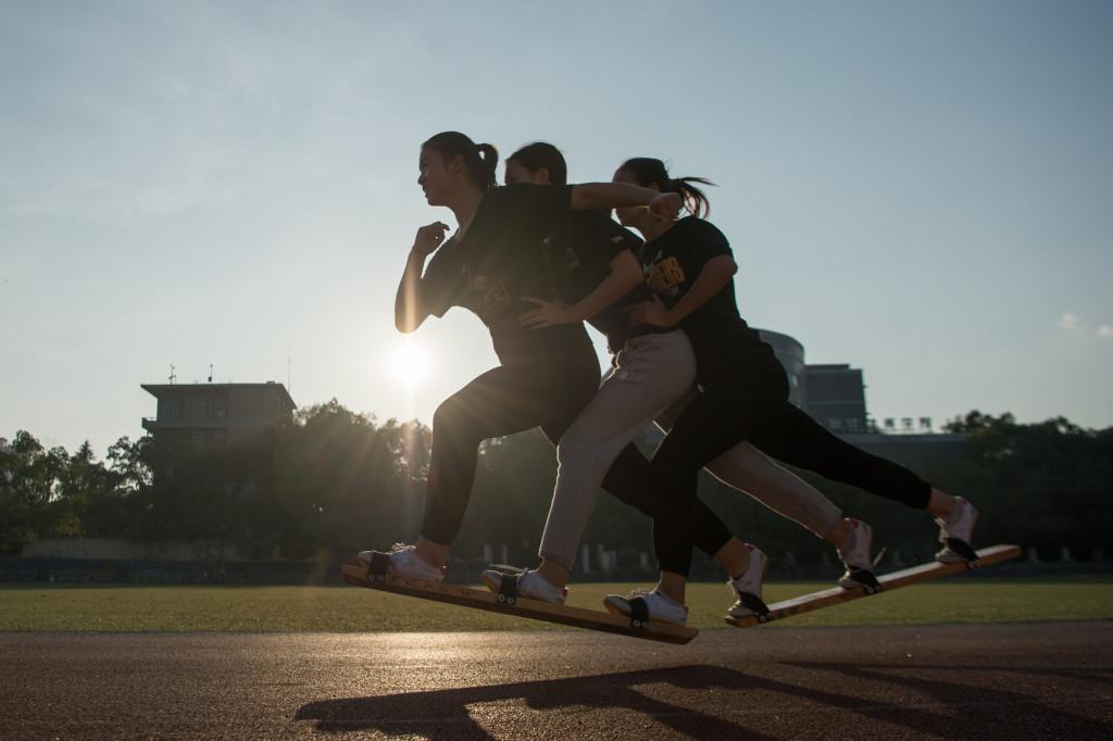 板鞋竞速:齐心协力才能赢得胜利