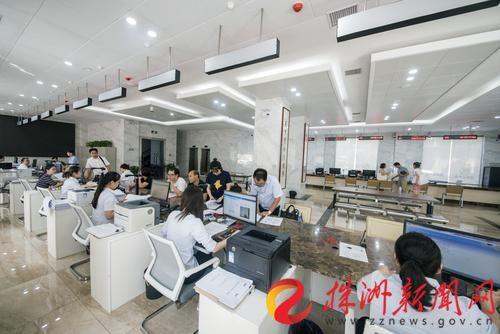 市住房公积金管理中心业务办理大厅。记者 刘震 摄