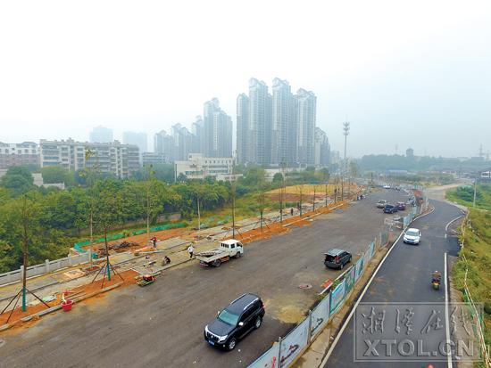 新马路十万垄段即将完工。(记者 方阳 摄)